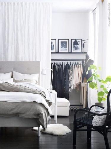 Idee de separare a spatiului de haine de cel de dormit