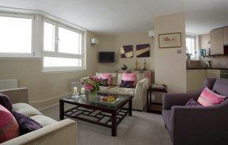 Living in culori neutre in apartament semidecomandat
