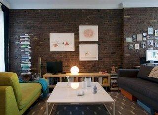 Sufragerie cu perete de accent placat cu caramida