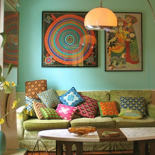 Colectie de esarfe inramate asezate pe perete pentru un living decorat modern