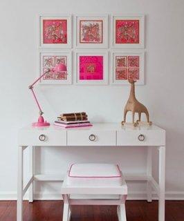 Colectie de trei tablouri asezate deasupra biroului