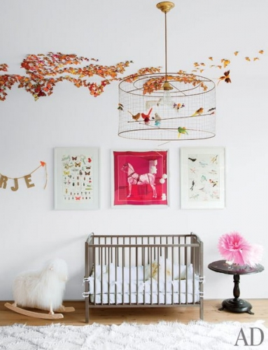 Colectie de trei tablouri asezate pe perete in camera copilului