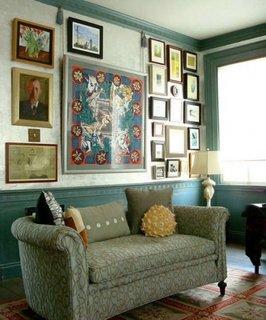 Colectie mare de tablouri ca si element central de decor pentru un living