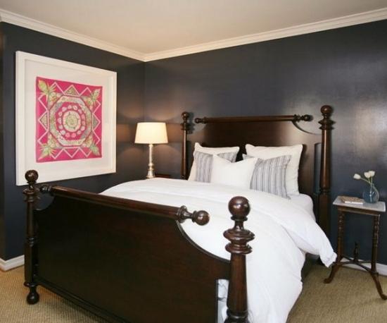 Dormitor cu peretii negri si plinte albe si tablou roz