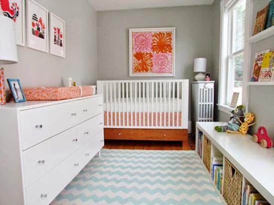 Dormitor de copil cu tablouri frumoase pe pereti