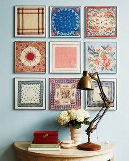 Perete bleu pal si tablouri asezate in colectie