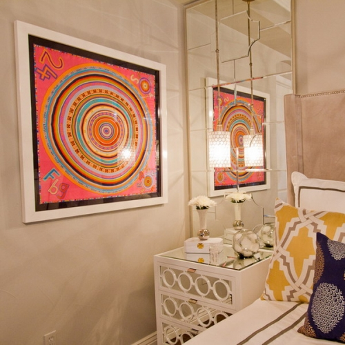 Tablou abstract in culori tari intr-un dormitor mic cu oglinzi