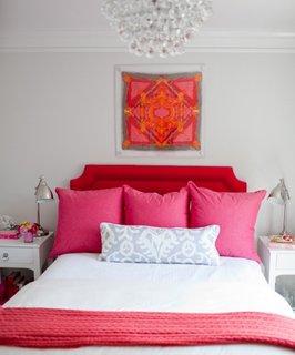 Tablou cu esarfa de matase asezat deasupra patului in dormitor
