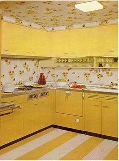 Bucatarie cu mobila galbena si tapet pe tavan si pereti alb cu floricele galbene