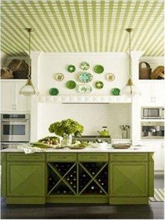 Bucatarie cu mobila verde pereti albi si tavan cu tapet in carouri verde cu alb