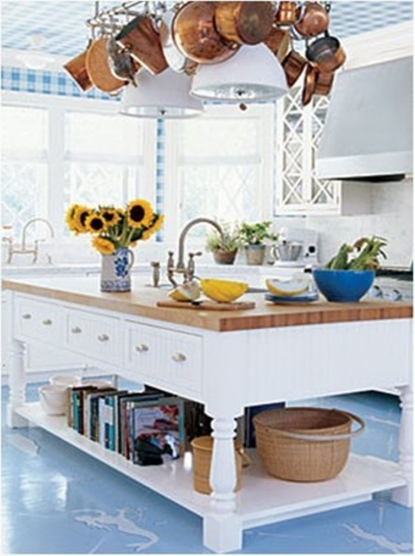 Bucatarie cu pardoseala din cuart bleu deschis si tapet in patratele alb cu bleu