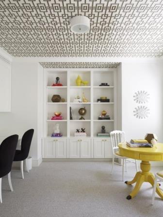 Camera decorata cu mobila simpla si tavan cu tapet cu model indraznet