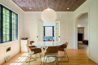 Dining modern cu tapet pe tavan