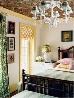 Dormitor cu pereti albi borburi la fereastra si baghete si plinte galbene si tavan maro inchis
