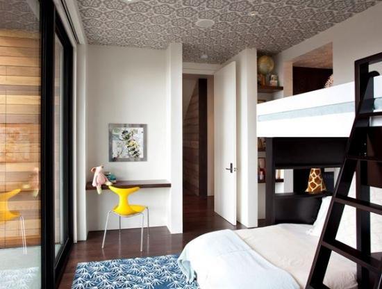 Dormitor de copil cu covor alb cu albastru si tavan cu tapet gri cu alb