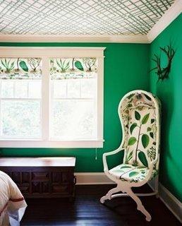 Dormitor frumos verde vegetal cu tapet pe tavan alb cu motive geometrice verzi