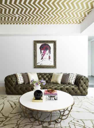 Living cu canapea chesterfield si tavan cu tapet in dungi aurii cu alb