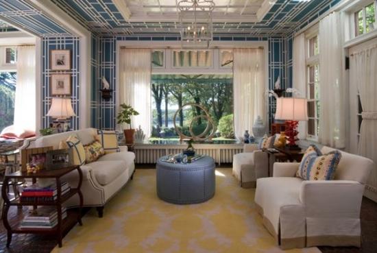 Living cu pereti si tavan cu acelasi tapet