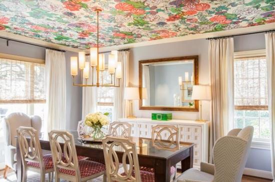 Loc de luat masa cu tapet pe tavan cu model florat colorat si incarcat