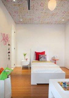 Tapet frumos colorat aplicat pe tavan in camera copilului