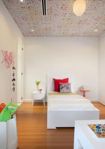 Tapet multicolor aplicat pe tavanul din camera copilului