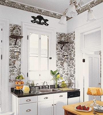 Bucatarie amenajata cu tapet decorativ pe pereti in nuante de alb cu negru