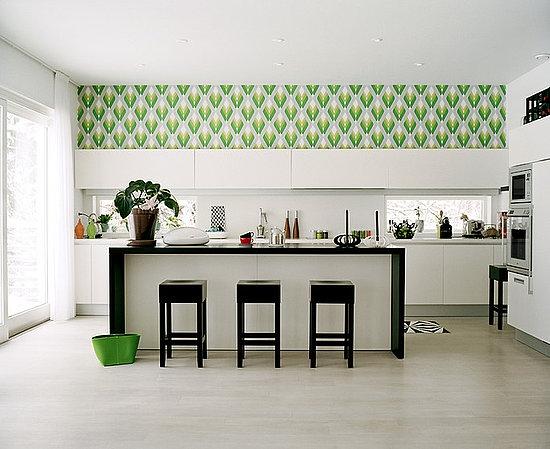 Bucatarie cu pereti si mobila alba si tapet cu modele verzi