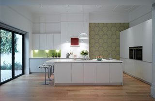 Bucatarie in stil modern minimalist cu perete cu panou de stila si tapet decorativ