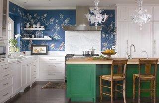 Bucatarie vesel colorata cu tapet albastru cu flori si insula de bucatarie verde