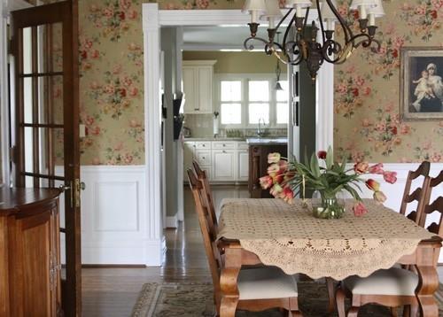 Dinning amenajat in stil provence cu tapet cu trandafiri