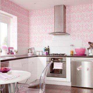 Idee de amenajare moderna pentru o bucatarie cu mobila alba si tapet roz pe pereti