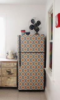 Idee pentru personalizarea frigiderului cu ajutorul tapetului decorativ