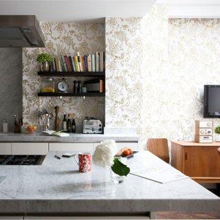 Model de tapet pentru living si bucatarie open space cu motive aurii