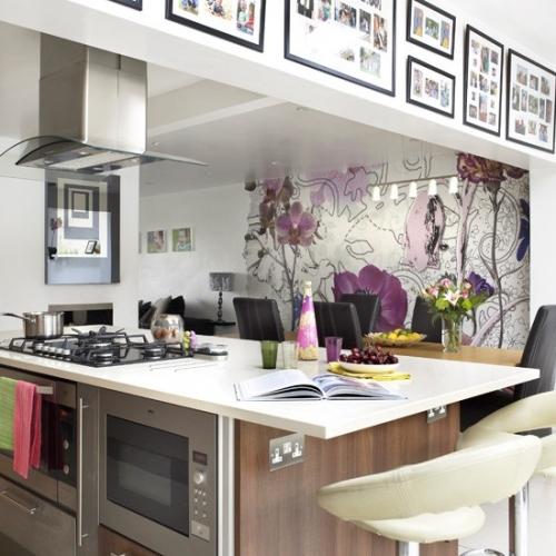 Perete de accent in bucatarie open space cu tapet cu flori mari violet