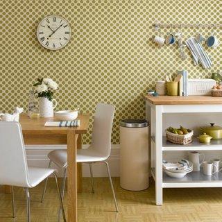 Tapet cu buline aurii pentru un perete de accent in bucatarie