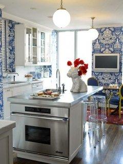 Tapet cu model albastru electrizant pentru o bucatarie cu mobila alba si accesorii gri