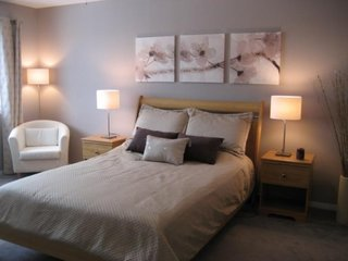 Colectie de tablouri din tapet floral asezata deasupra tabliei de pat