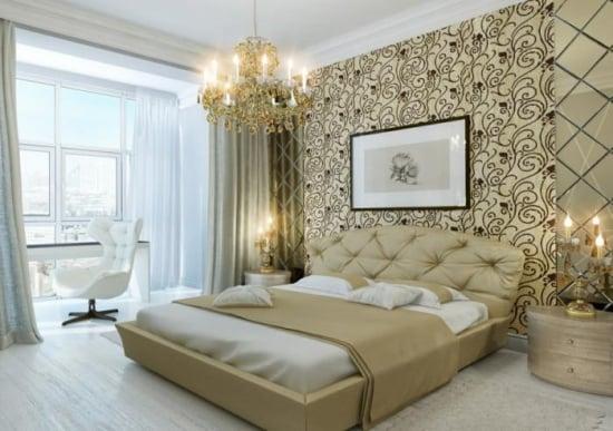 Dormitor amenajat luxos cu tapet crem cu maro si nise imbracate cu oglinzi
