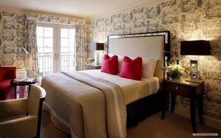 Dormitor clasic cu peretii cu tapet decorativ