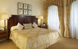 Dormitor cu mobilier din lemn masiv si tapet alb galbui model clasic