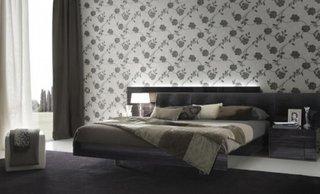 Dormitor decorat in nuante de gri cu tapet decorativ cu flori