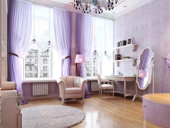 Dormitor luminos cu tapet lila si mobila alba