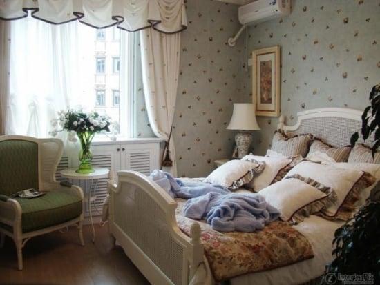Dormitor romantic cu tapet decorativ