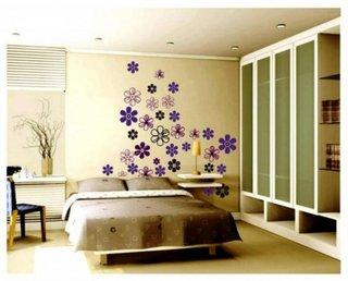 Flori decorative aplicate pe peretele de deasupra patului
