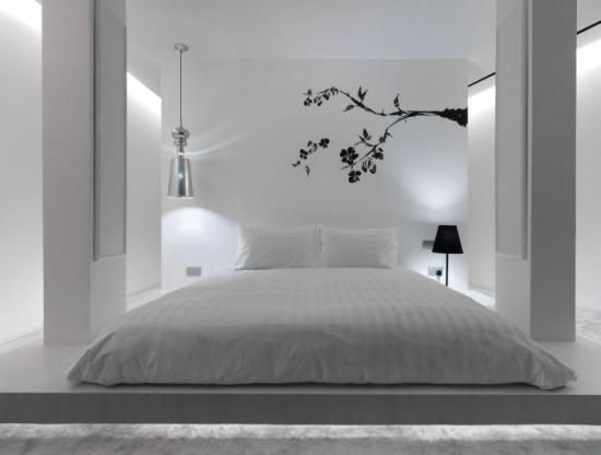 Sticker decorativ aplicat pe peretele din dormitor