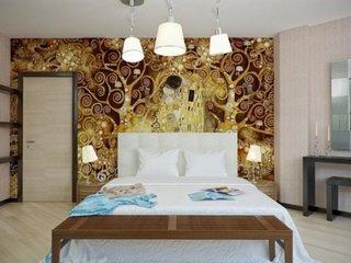 Tapet decorativ cu model abstract pe peretele cu patul