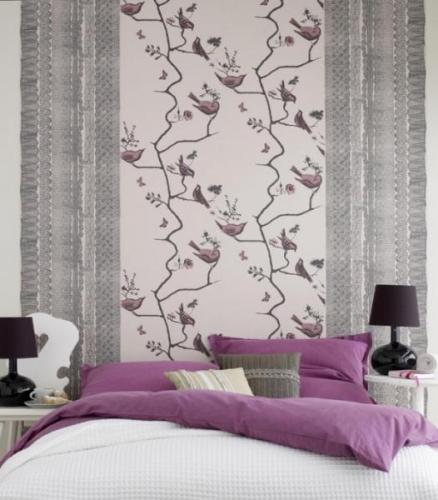 Tapet decorativ cu pasari mov pentru un dormitor modern