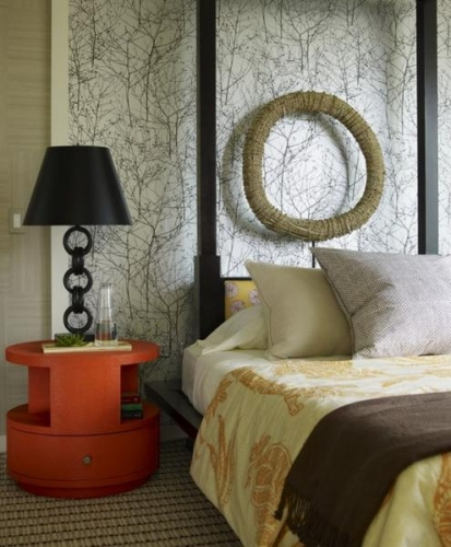 Tapet decorativ motive naturale aplicat pe peretele cu patul