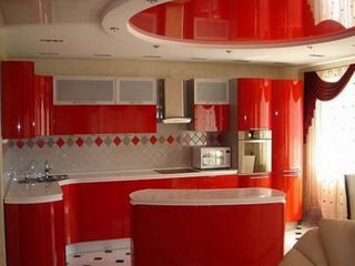 Bucatarie cu mobila si tavan rosii