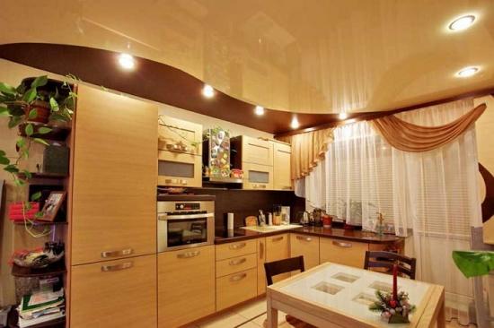 Bucatarie mica de apartament cu tavan extensibil